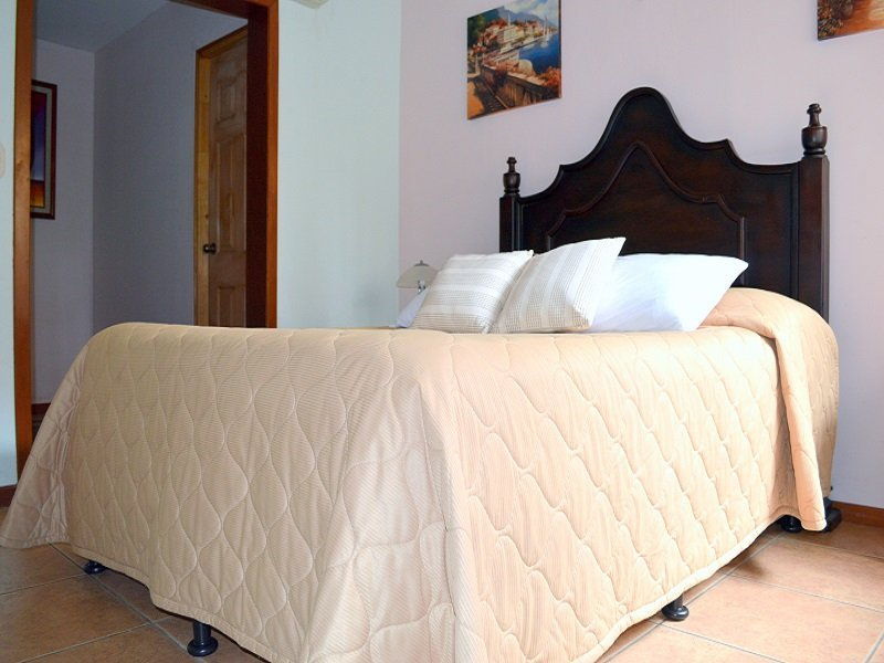 Habitaci n cu druple hotel los pinos nicaragua for Cama unipersonal